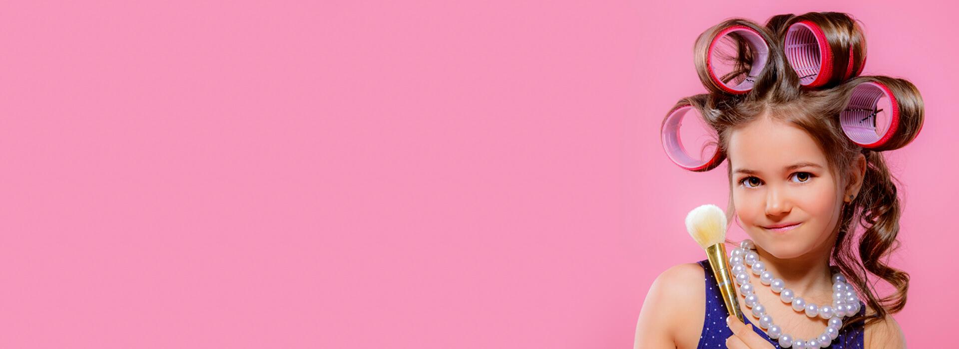 Meisje met krulspelden en make-up borstel