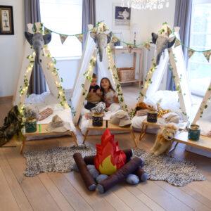 Jongen en meisje spelen in tent van het jungle thema kinderfeestje