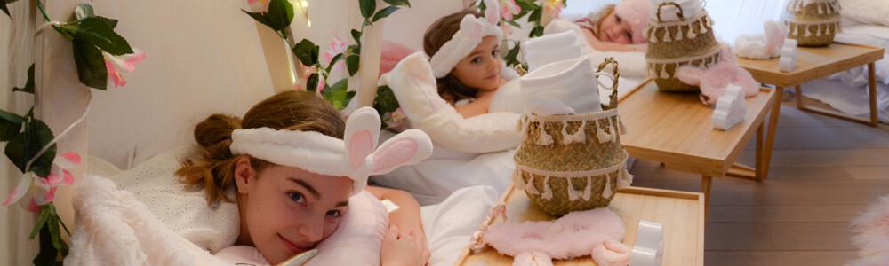 Meisjes liggen in de slaaptentjes tijdens het kinderfeestje