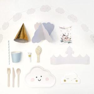 kinderfeestje-thema-droom-witte-slinger-witte-wolkenbordjes-gouden-feesthoedjes-lichtblauwe-bekers-witte-wolkenservietten-bestek-transparante-ballonnen-witte-en-gouden-feesttoeters-kroon-uitnodiging