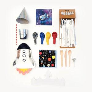 kinderfeestje-thema-ruimte-raketbordjes-ruimte-servietten-zilveren-feesthoedjes-gekleurede-ballonnen-bestek-kroon-zilveren-slinger-rood-wit-rietjes-zileren-bekers-zilveren-feesttoeters