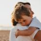 mama-en-zoon-die-elkaar-knuffelen-voor-wereldknuffeldag