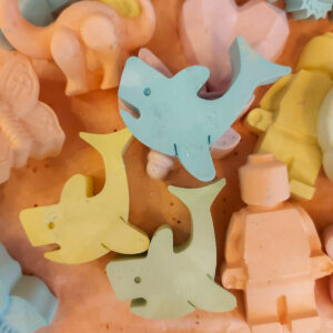 stoepkrijtjes-in-de-vorm-van-dolfijn-pastelkleuren