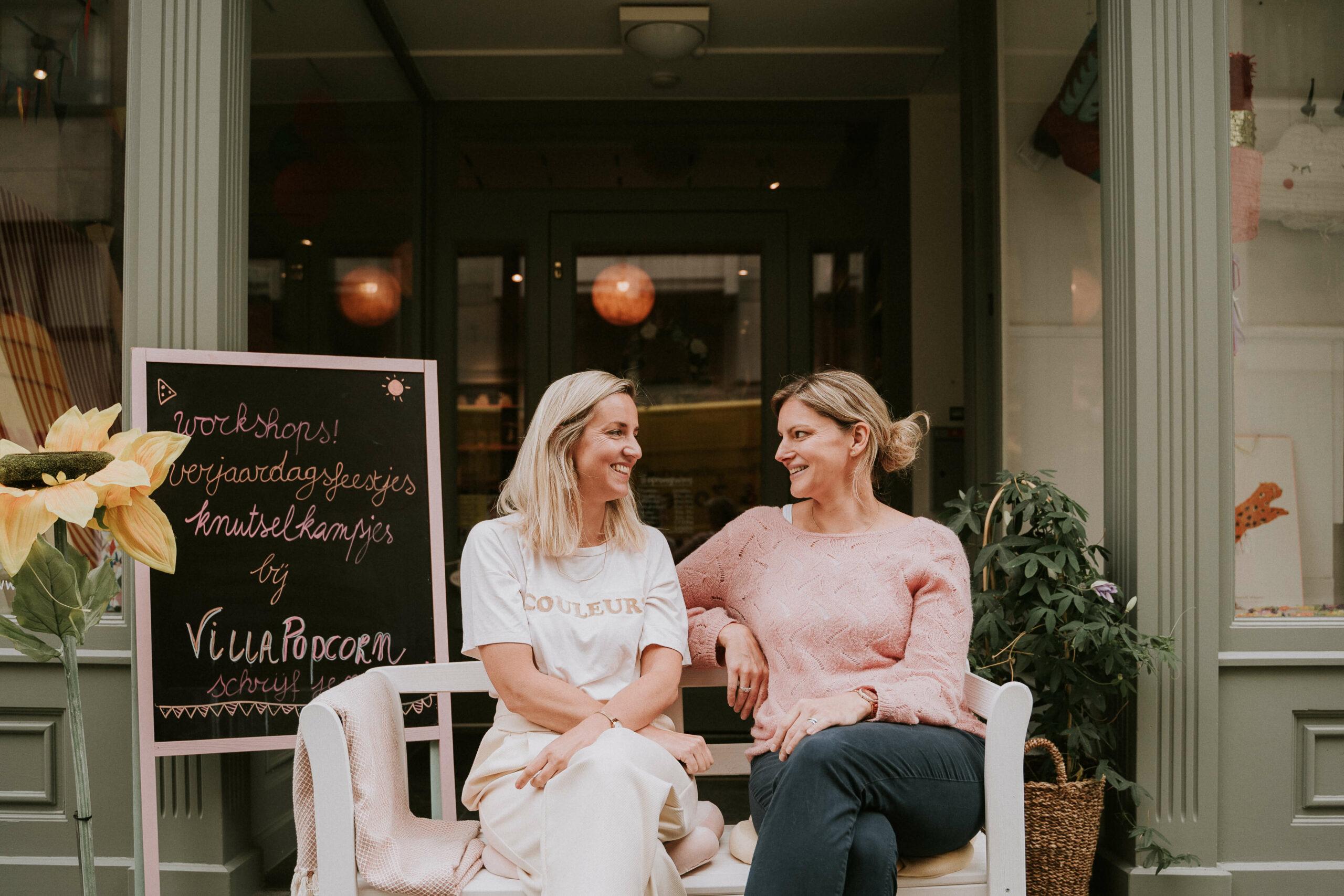 Britt-&-Caroline-de-villa-popcorn-dames-aan-de-winkel
